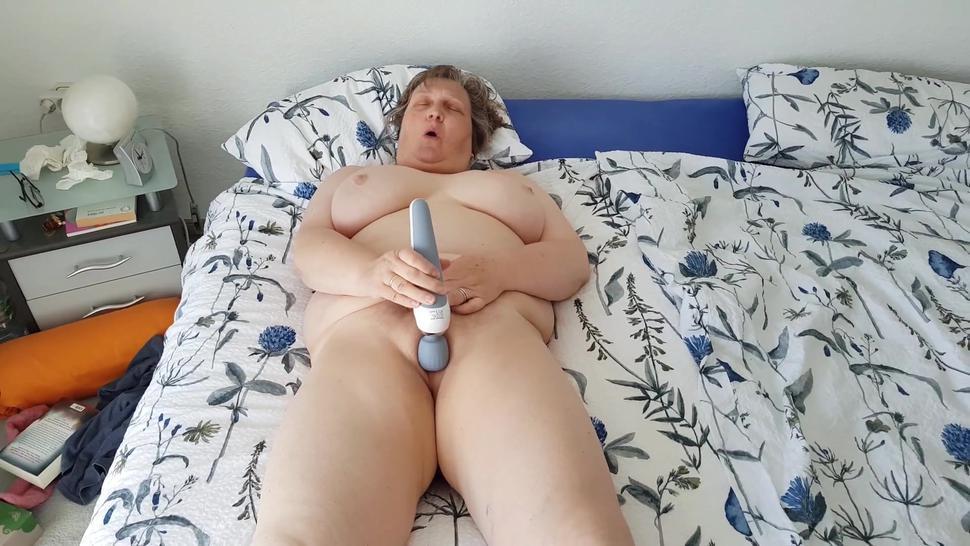 Mollige reife Frau masturbiert vor der Kamera
