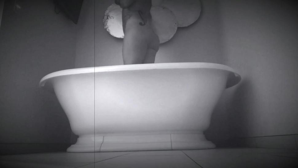 Storyline/dd bath nude