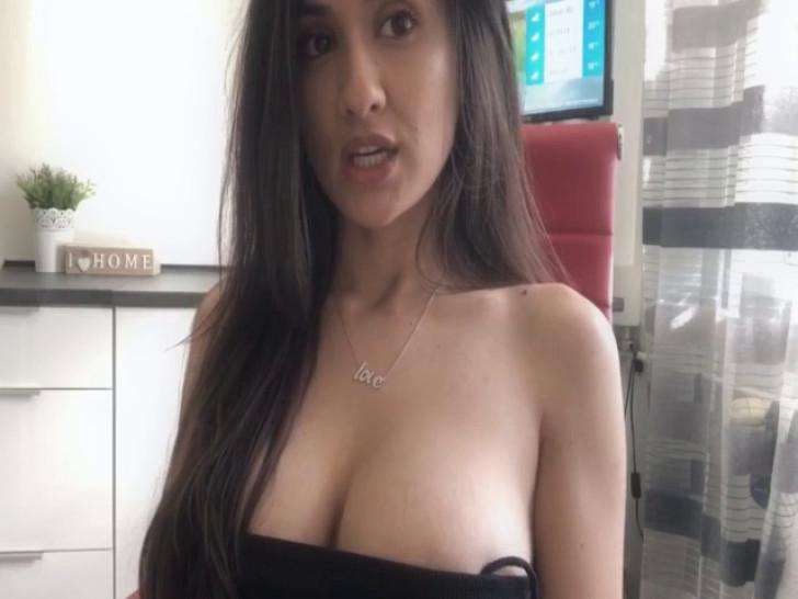 Hedonistic Brunette Show Off A Sexually Lewd Performance