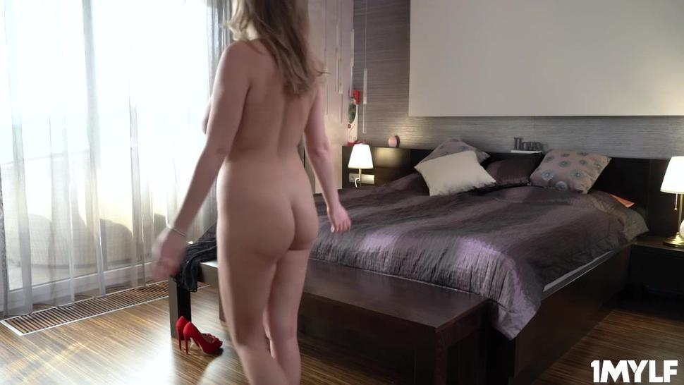 MILF Candy Alexa seduces her stespson with her hot bod
