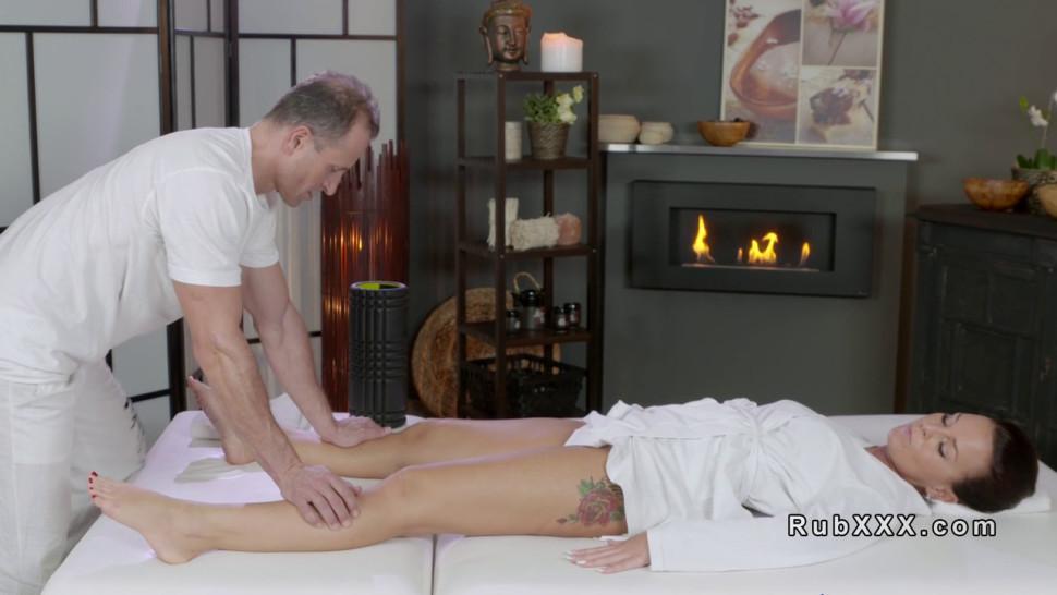 Хозяйку массажистка обслужила клиента по полной программе смотреть онлайн пожилых