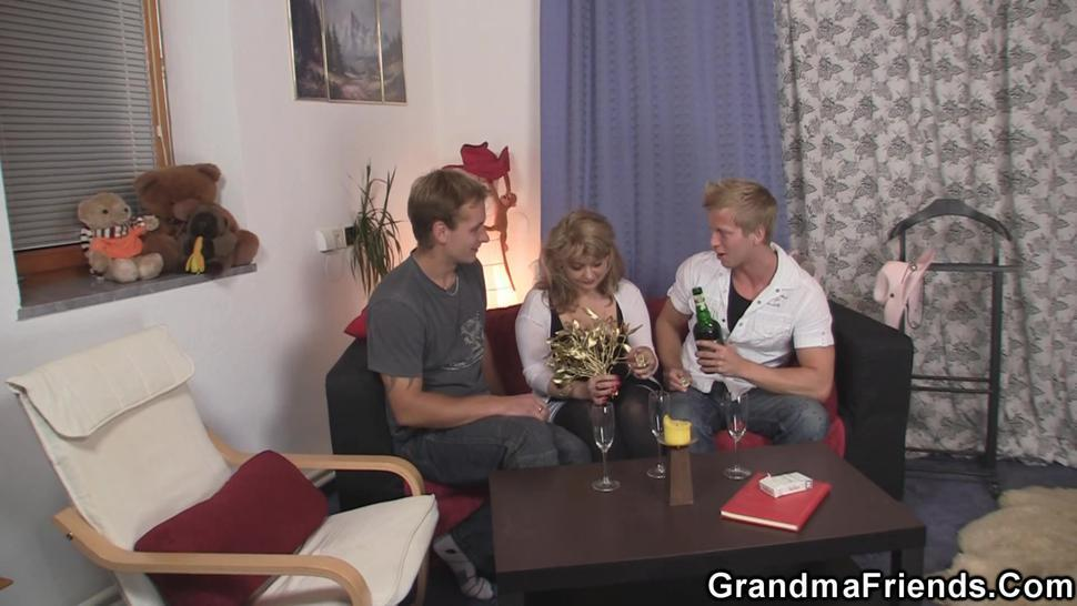 GRANDMA FRIENDS - Sexy old lady take two cocks from both sides
