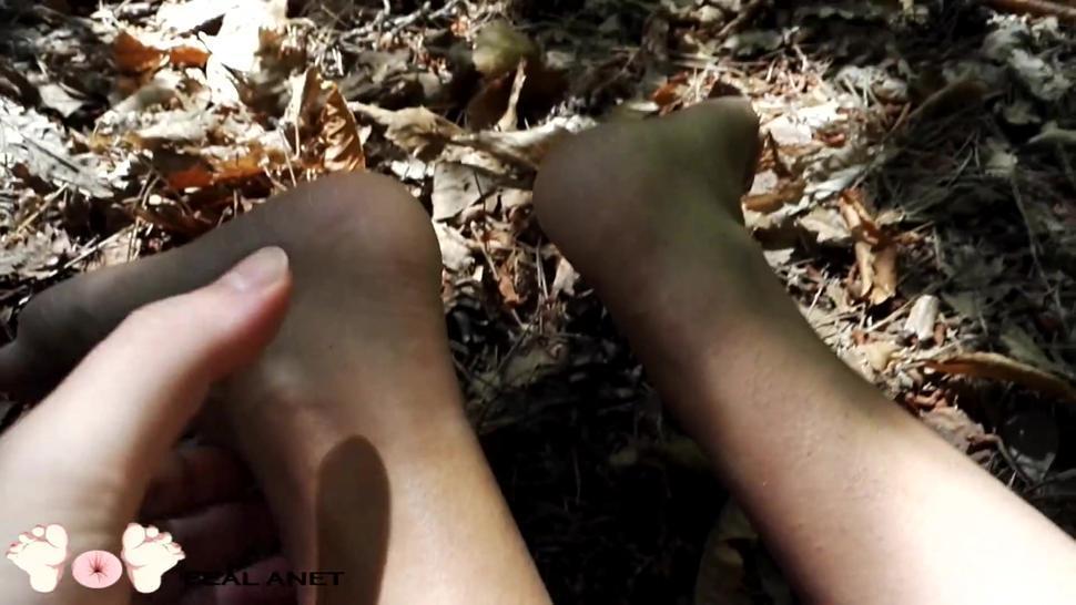 Solleticando e Massaggiando le piante dei piedi di mia cugina al bosco - by Feal Anet