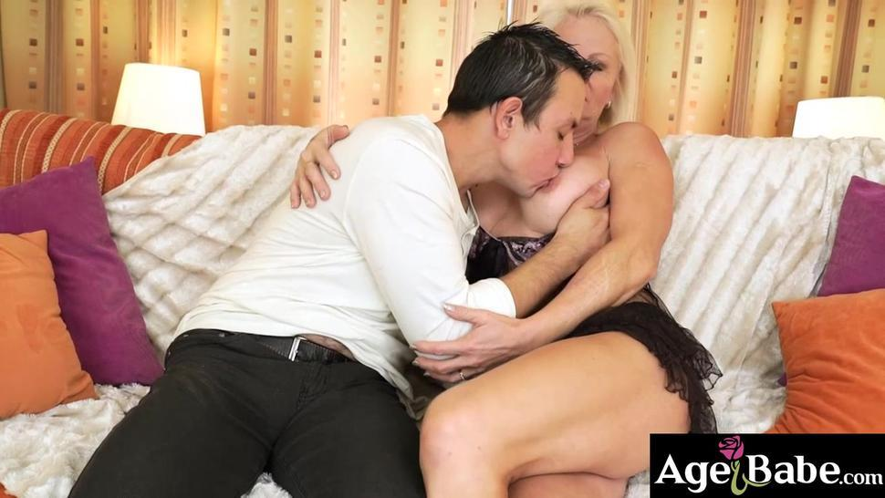 Rob slides his prick in Anetts mature snatch