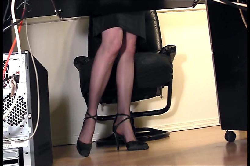 LINGERIE VIDEOS - Leggy secretary fingering at the office in nylons