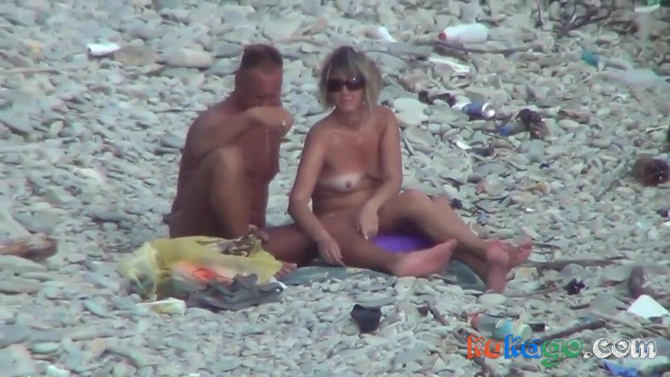 Voyeur Guy with tanned ass fuck a woman at a public beach