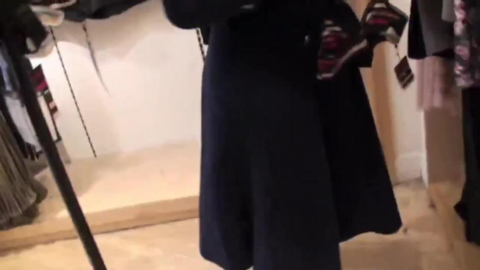 zwei ungezogene Frauen, die Strapon in der öffentlichen Umkleidekabine benutzen