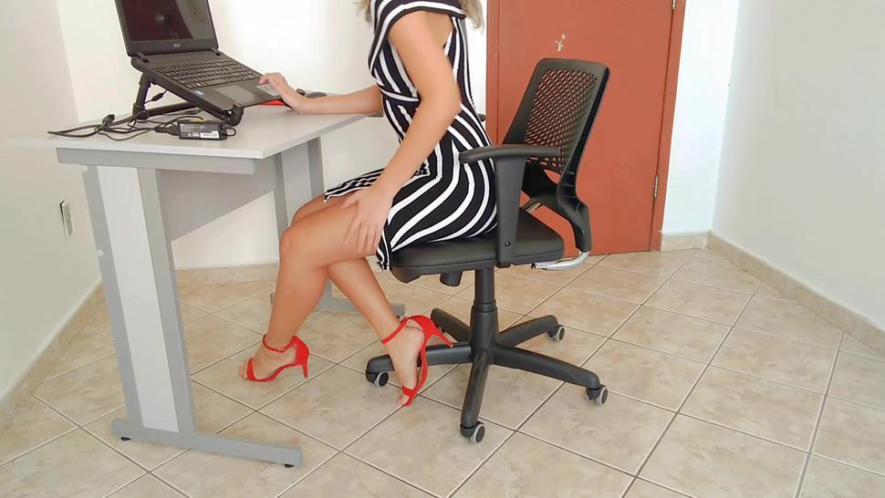 Dani Iniciando seu home office com uma boa sirirca, nada melhor que gozar antes do trabalho
