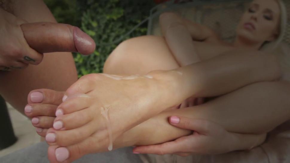 Kinky foot fetish hottie gets railed