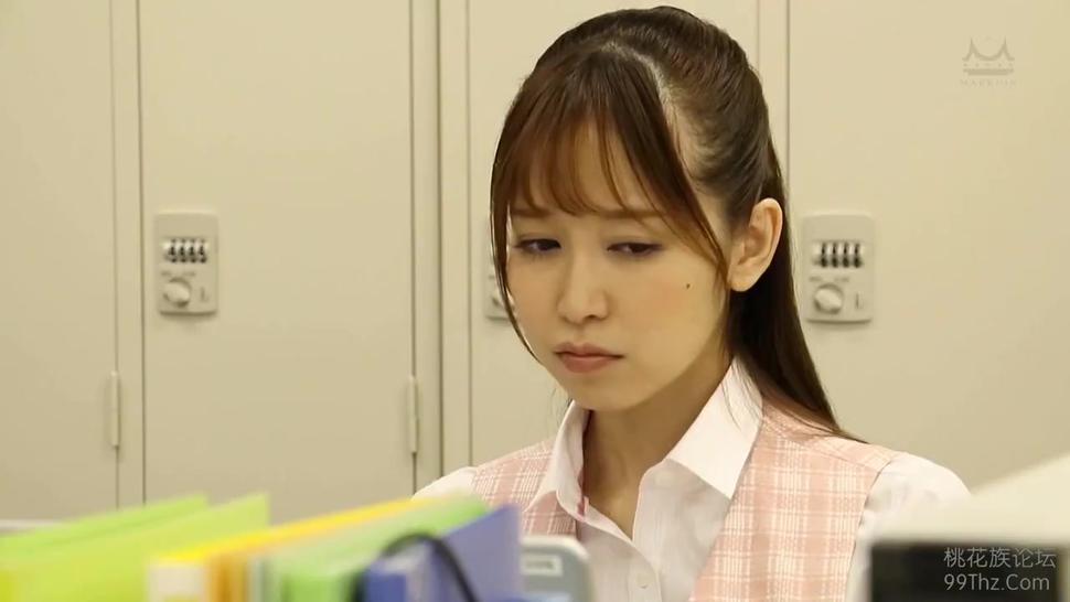 Un gran culo hechizante que sin saberlo atrae las miradas de los hombres Yu Shinoda parte 1