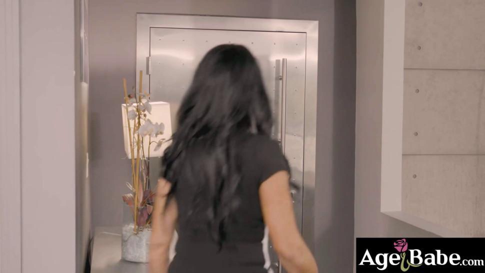 Rita and Alison flirtatiously sucks Johnys dick