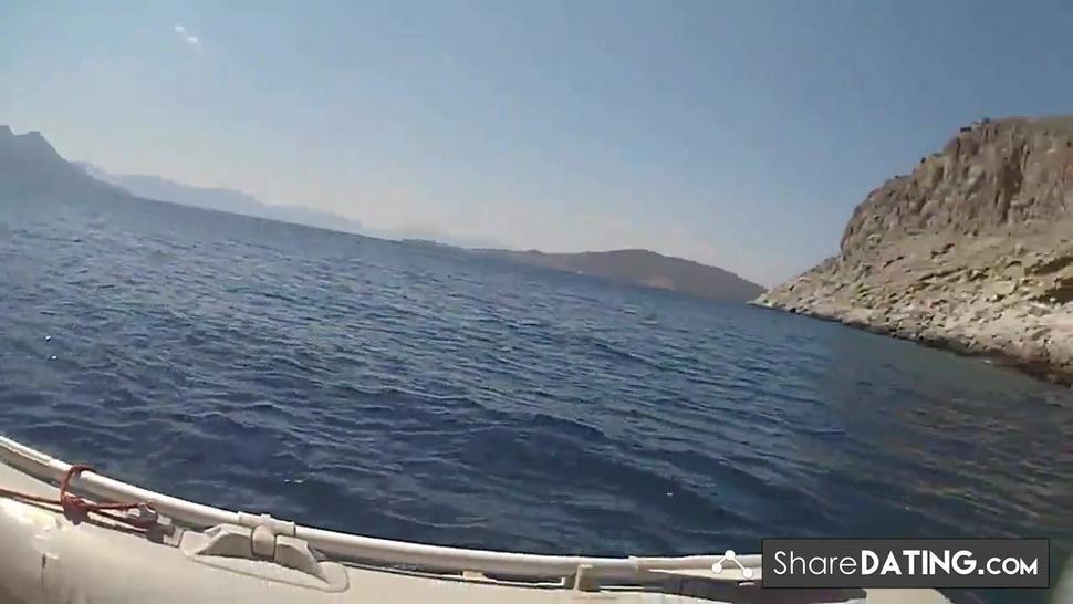 baise sur un bateau en vacances