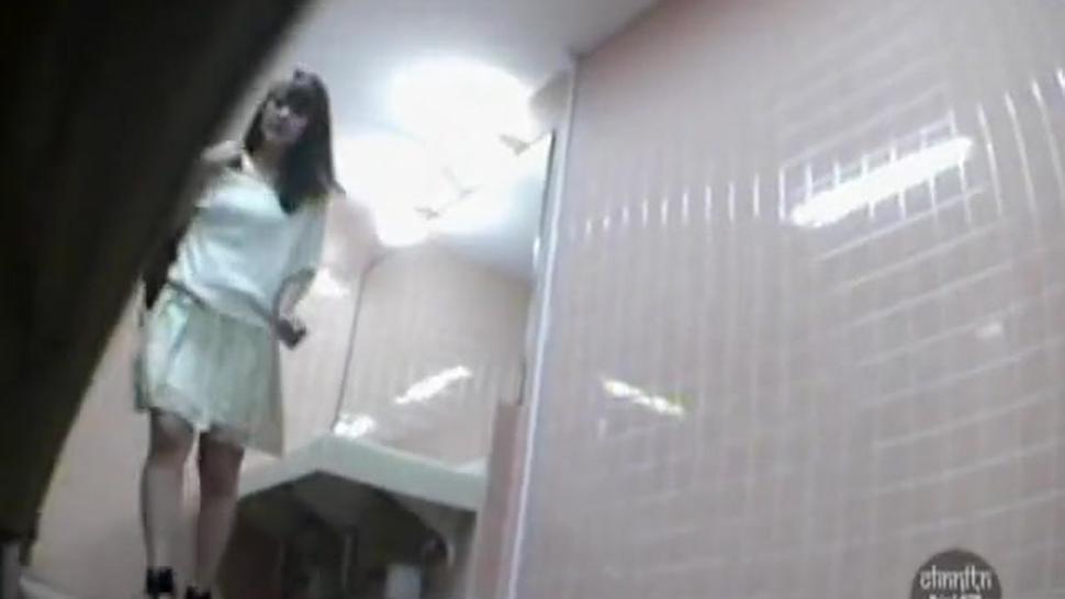 Hidden cameras filming Asian girls in the toilet