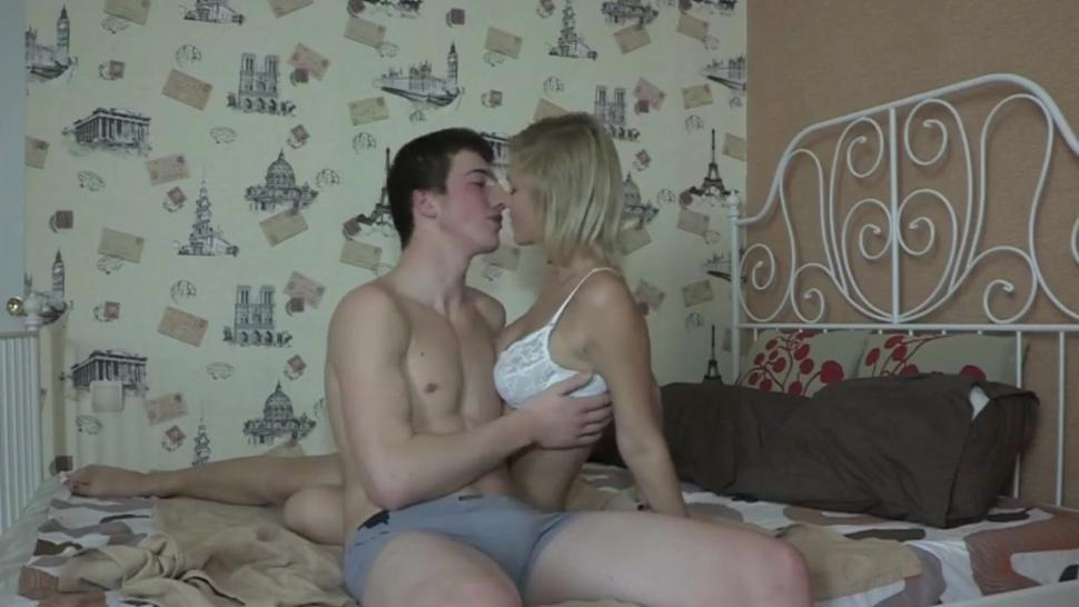 Amateur girl gives me good blowjob and gets her pussy fucked