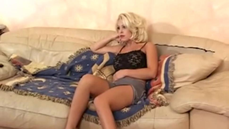 Blonde hottie in anal threesome