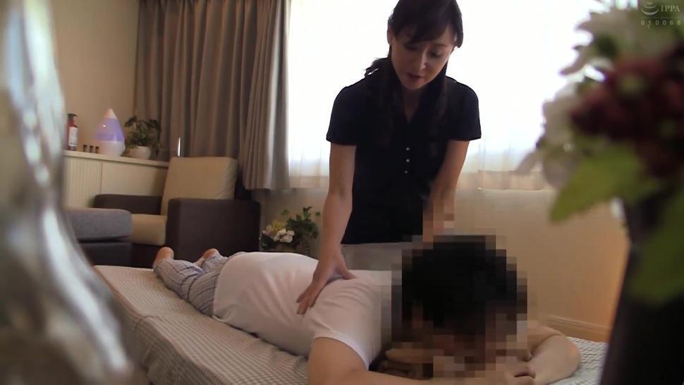 Fucking the Slender Japanese Mature Masseuse