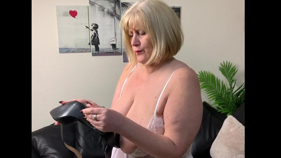 Big Tit Mature in Pantyhose plays with her heels and has a little finger screw