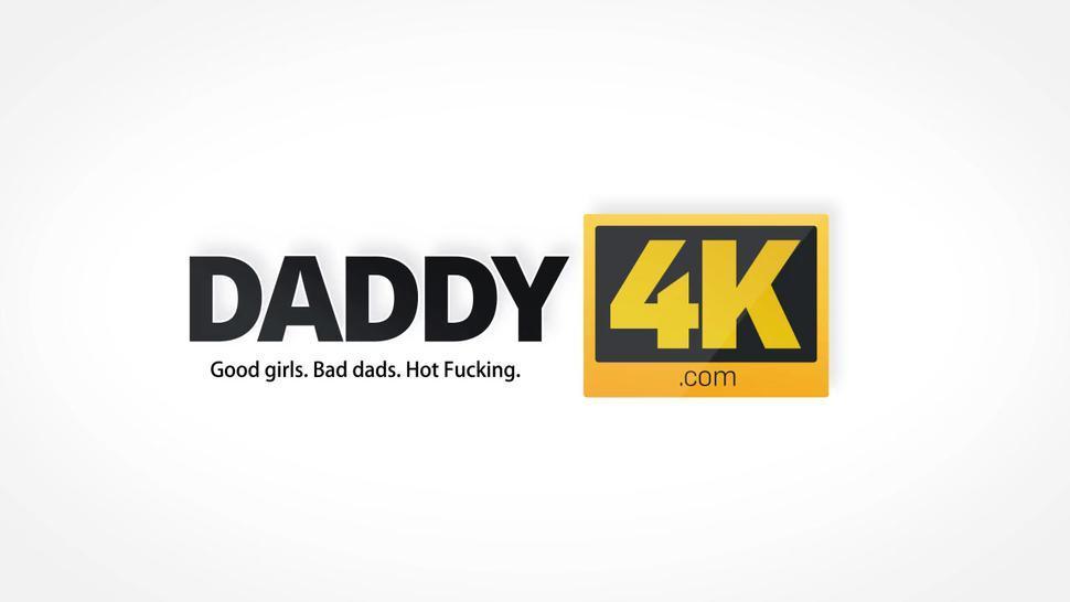 DADDY4K. La señorita de pelo negro con formas sobresalientes ama al viejo