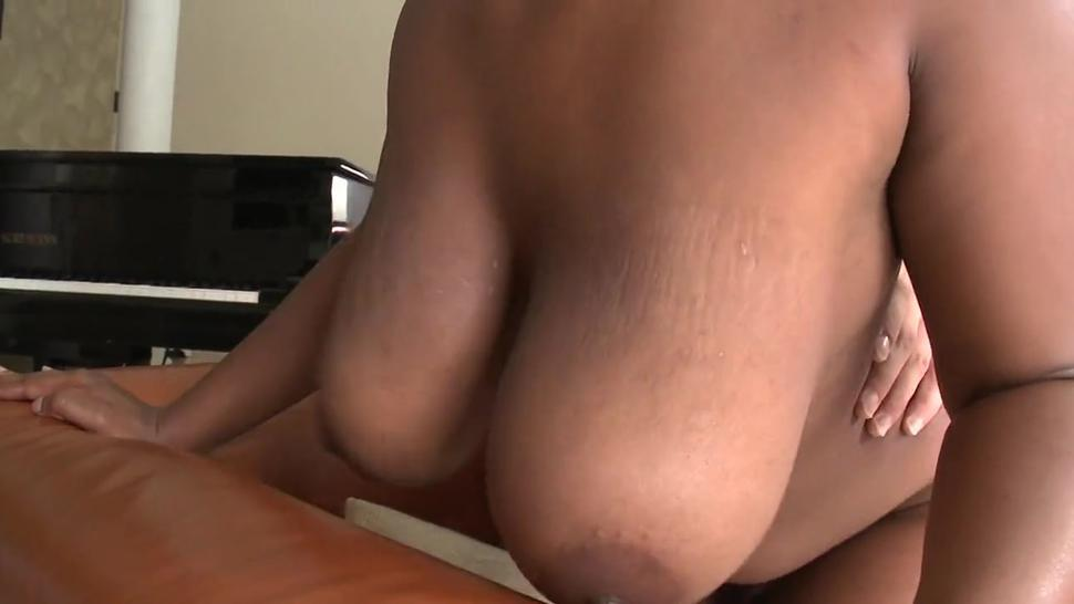 Luxurious booty bimbo does a perfect blowjob