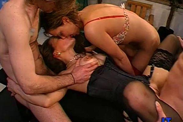Десятки мужчин ебут одну женщину  Свежее и качественное порно