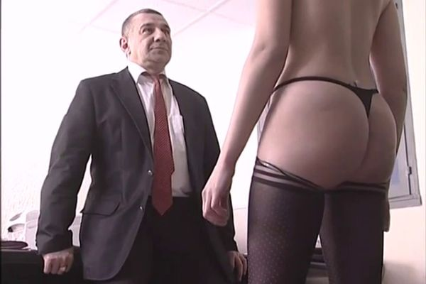 secretaire baise au bureau