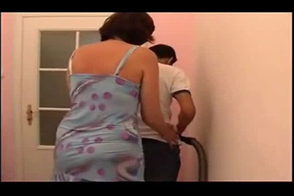 трахает толстую зрелую хозяйку у нее дома