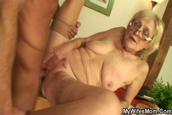 бабушки трахаются видео онлайн