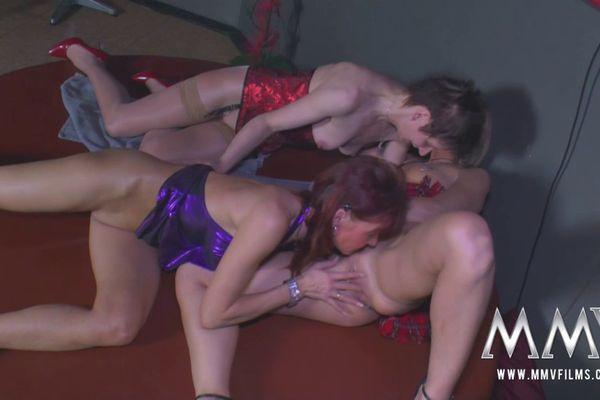 mure lesbian threesome