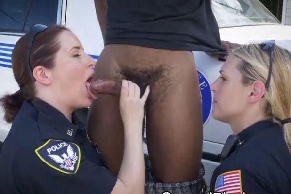 женщина-полицейский сосет хуй - 4