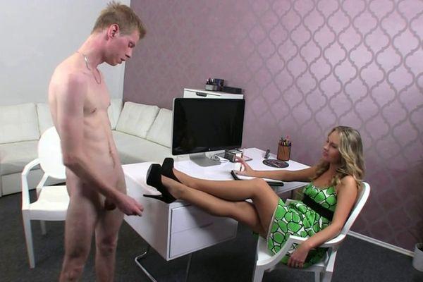 парень на порнокастинге