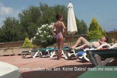 Mareike reitet am Pool