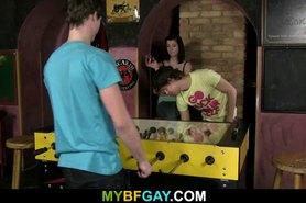 Él sedujo a su amigo pero su GF lo atrapó