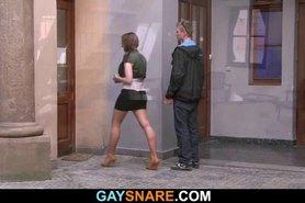 Se fue con una chica y encontró un gay cachonda