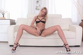 Butt plug anal and orgasm for squirting blonde