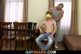 Hombre gay fuerte perfora su apretado culo hetero