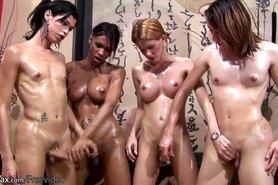 Cuatro travestis disfrutan de masaje de aceite y la orgía de sexo anal