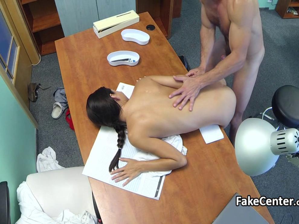 Доктор трахает молоденькую похотливую пациентку