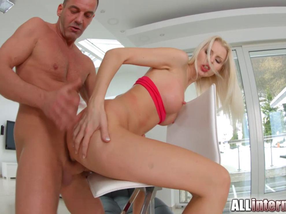 Хорошенькая блондинка трахает своей киской большой член