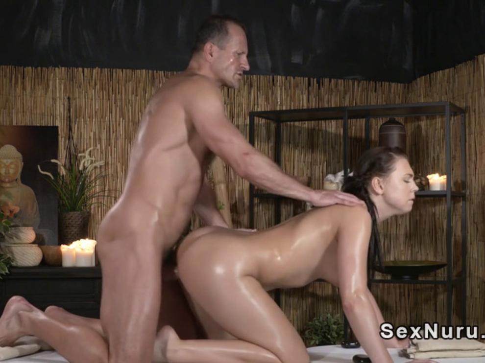 Грудастая детка красивое порно любит больше чем массаж