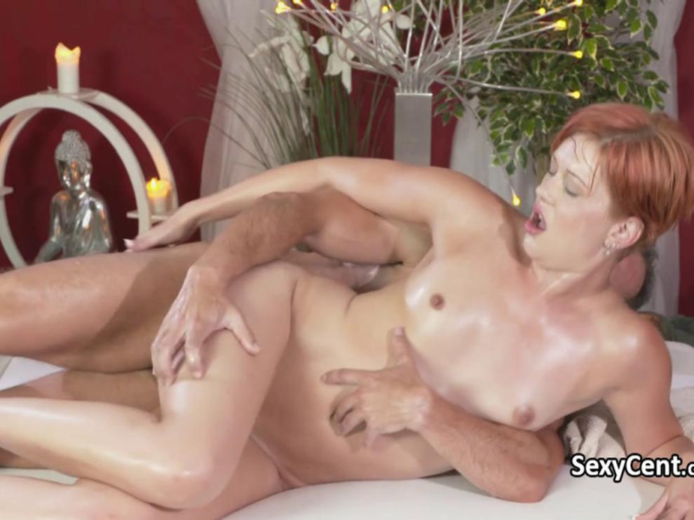 Рыжая девица пришла на красивый секс и массаж