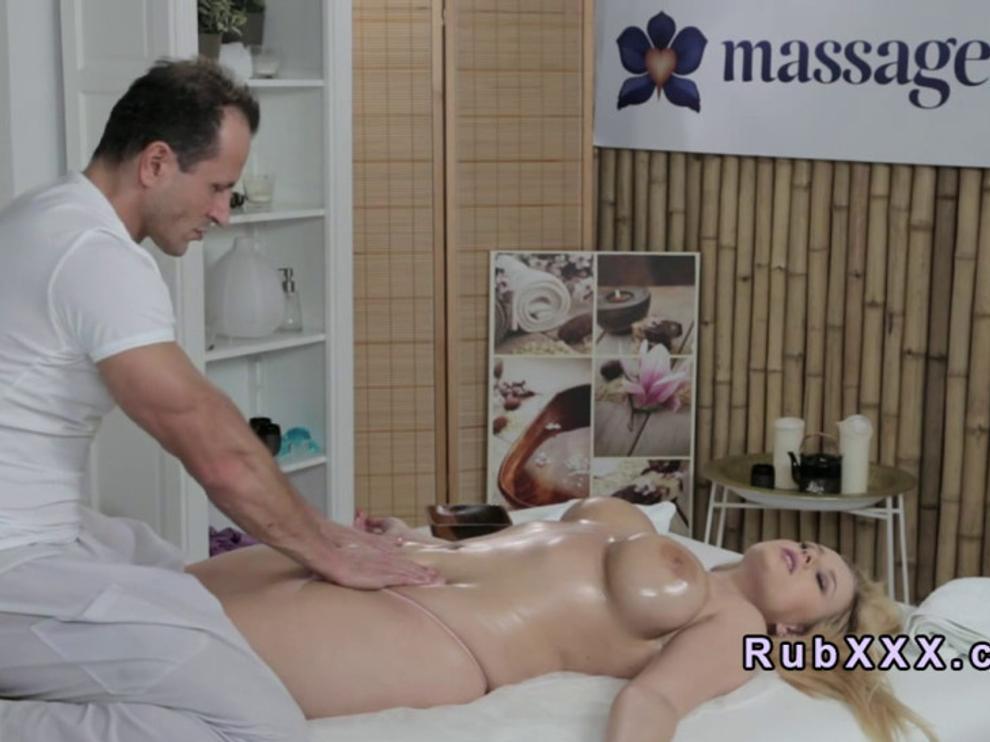 Горячая грудастая девушка пришла на эротический массаж