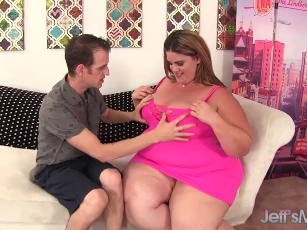 Худой парнишка трахает толстую девушку в кровати