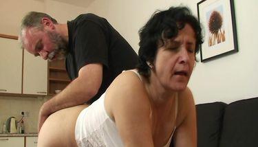 GRANDMA FRIENDS - Mamie obtient son trou poilu rempli de deux ...