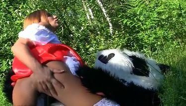 Roodkapje neukt een panda in het bos