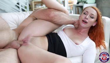 Redhead Babe Xeena Mae wird in ihre Teen Pussy und Mund gebohrt