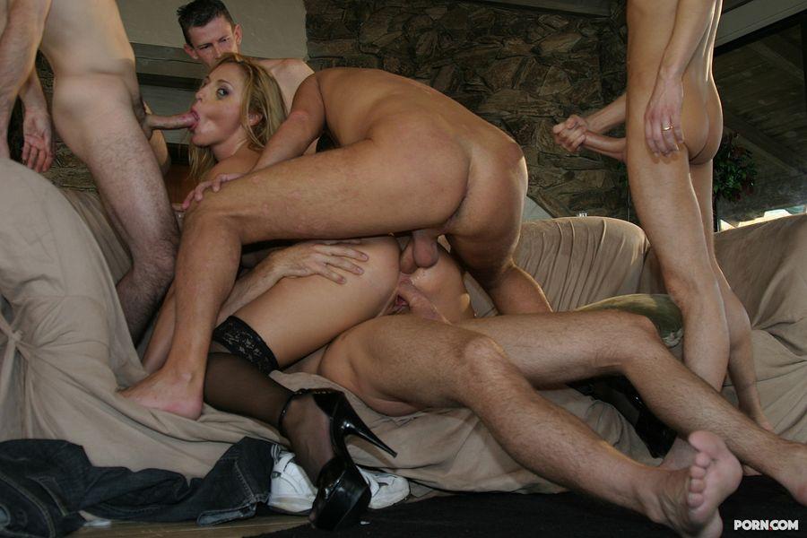 Порно фото одну бабу ебет толпа