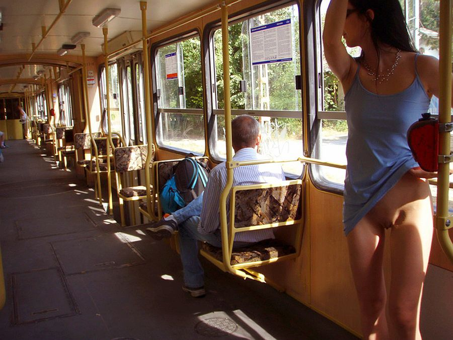 Показала пизду в автобусе видео